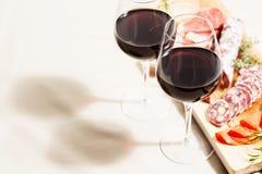 Красное вино и закуски стоковые изображения rf