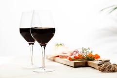 Красное вино и закуски стоковое фото