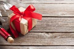 Красное вино и подарочная коробка Стоковое фото RF