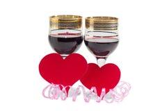 Красное вино и сердца сделанные из красной бумаги Стоковые Фотографии RF