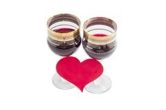 Красное вино и сердце сделанные из красной бумаги Стоковые Фото
