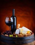 Красное вино и сыр камамбера и бри мягкий стоковое изображение