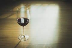 Красное вино на деревянной предпосылке стоковая фотография rf