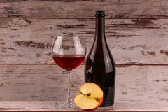 Красное вино на черной предпосылке Стоковые Изображения RF