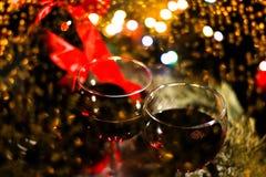 Красное вино, орнаменты бутылки и рождества, selctive фокус, и торжество Стоковая Фотография
