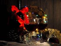 Красное вино, орнаменты бутылки и рождества, selctive фокус, и торжество Стоковое фото RF