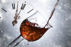 Красное вино против праздника фейерверков освещает близко к полночи Стоковая Фотография RF