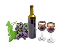 Красное вино против фона виноградин на светлой предпосылке Стоковое Изображение RF