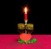 Красное вино, сердце сделанное из красной бумаги и свеча горения Стоковые Фотографии RF
