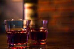 Красное вино 2 стекла и бутылка стоковые изображения rf