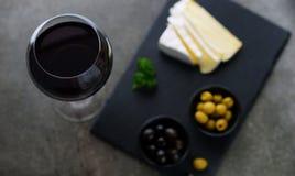 Красное вино, сыр, оливки Стоковая Фотография RF