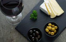 Красное вино, сыр, оливки Стоковые Изображения