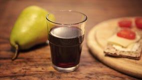 Красное вино с грушей и хлебом на деревянном столе Стоковая Фотография RF