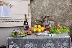Красное вино, холодные мяс, цыпленок и рыбы на таблице Стоковая Фотография RF