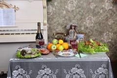 Красное вино, холодные мяс, цыпленок и рыбы на таблице Стоковые Фото