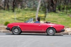 Красное винтажное обратимое вождение автомобиля на проселочной дороге Стоковая Фотография RF