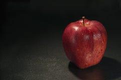 Красное влажное яблоко с падениями Стоковая Фотография RF