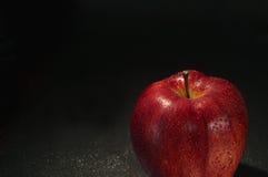 Красное влажное яблоко с падениями Стоковое Изображение RF