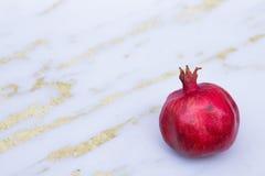 Красное гранатовое дерево на белизне и предпосылке золота Стоковое Изображение RF