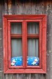 Красное деревянное окно на деревенском доме стоковые фото