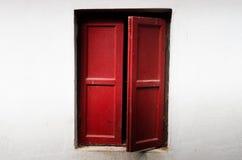 Красное деревянное окно стоковые изображения rf