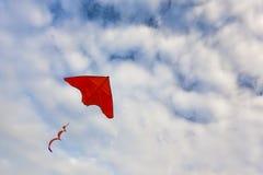 Красное летание змея стоковая фотография