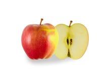 Красное зрелое яблоко отрезано в половине стоковое изображение