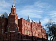 Красное здание, белая крыша и голубое небо Стоковое Изображение