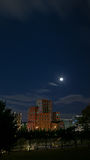 Красное здание под ночным небом полнолуния Стоковая Фотография RF
