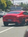 Красное изогнуто изготовленное на заказ сияющее dreamcar стоковые фото