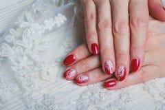 Красное искусство ногтя с белым шнурком с точками и линиями Стоковые Изображения
