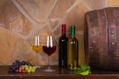 Красное и белое вино около старой бочки в винном погребе Стоковая Фотография RF