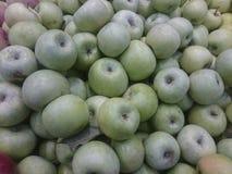 Красное и зеленое яблоко приносить в супермаркете стоковое фото rf