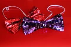 2 красное и фиолетовые смокинги на красной предпосылке Стоковое Изображение RF
