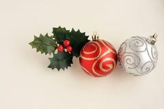 2 красное и шарики рождества золота и листья падуба стоковые изображения rf