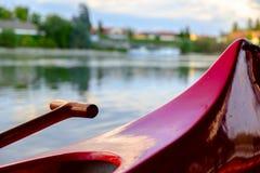 Красное каное на пляже на реке Дунае Стоковая Фотография RF