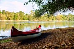 Красное каное на пляже на реке Дунае Стоковые Фотографии RF