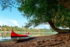 Красное каное на пляже на реке Дунае Стоковые Фото
