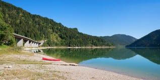 Красное каное на пляже sylvenstein озера Стоковое фото RF