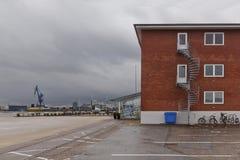 Красное кирпичное здание с винтовой лестницей в порте Орхуса стоковое изображение