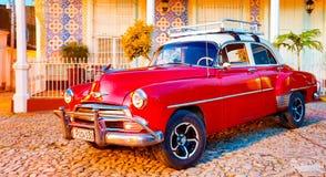 Красное классическое Chevy припарковано перед домом Стоковая Фотография RF