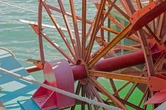 Красное колесо затвора речного судна Стоковое Изображение