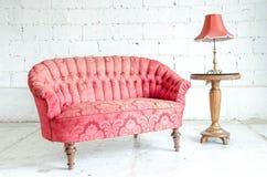 Красное классическое кресло софы стиля Стоковое фото RF