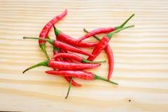 Красное место chili на деревянной плите Стоковое фото RF
