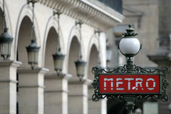 Красное метро подписывает внутри Париж Францию Стоковое Изображение RF
