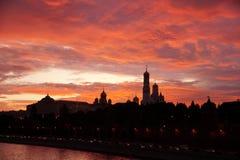 Красное небо над Кремлем в Москве Стоковое фото RF