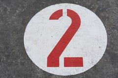 Красное номер два в белом дорожном знаке круга стоковые изображения rf