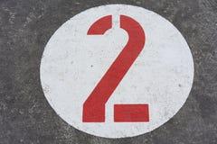 Красное номер два в белом дорожном знаке круга стоковое изображение
