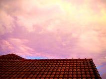 Красное облачное небо в утре, конкретная предпосылка наклона крыши Стоковые Фотографии RF