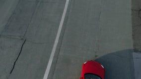 Красное обратимое вождение автомобиля вперед дел акции видеоматериалы
